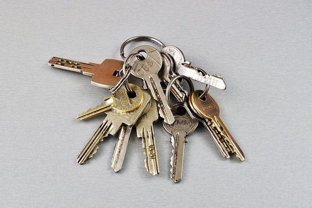 執行封租或收樓令時業主要否在場?